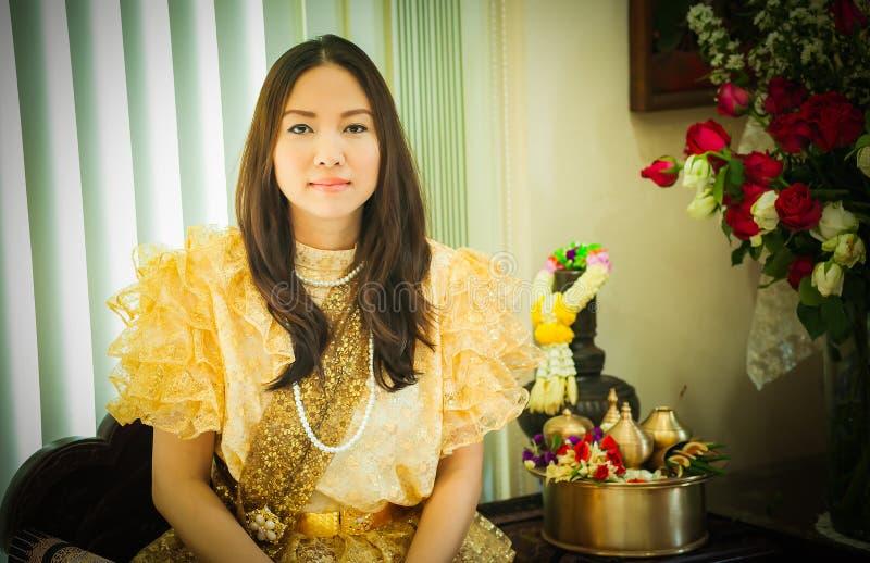 Dames dans le style traditionnel thaïlandais de cru de mode le règne du Roi Rama V à la route d'Inthamara, Bangkok, Thaïlande photographie stock libre de droits