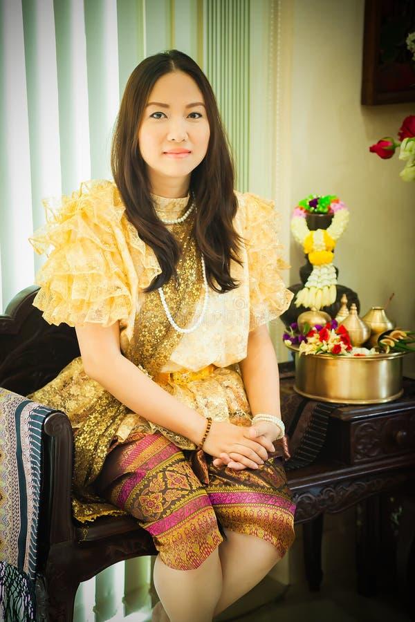 Dames dans le style traditionnel thaïlandais de cru de mode le règne du Roi Rama V à la route d'Inthamara, Bangkok, Thaïlande photos libres de droits