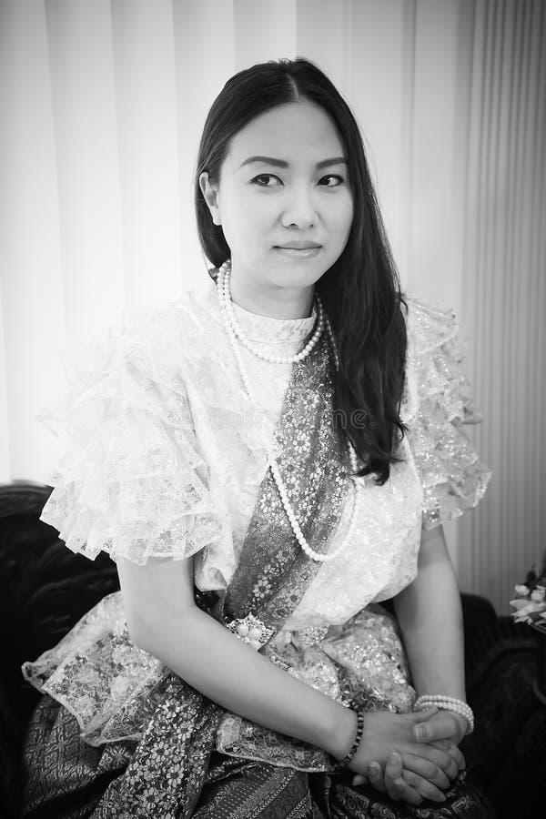 Dames dans le style traditionnel thaïlandais de cru de mode le règne du Roi Rama V à la route d'Inthamara, Bangkok, Thaïlande photos stock