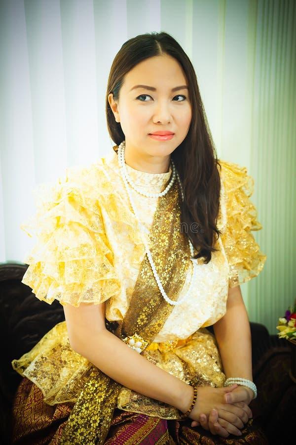 Dames dans le style traditionnel thaïlandais de cru de mode le règne du Roi Rama V à la route d'Inthamara, Bangkok, Thaïlande image libre de droits