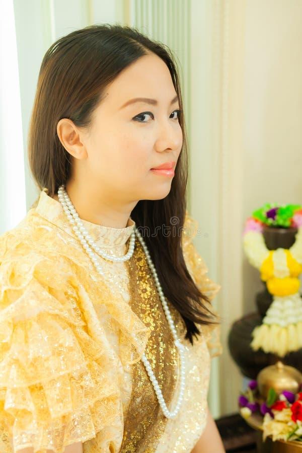 Dames dans le style traditionnel thaïlandais de cru de mode le règne du Roi Rama V à la route d'Inthamara, Bangkok, Thaïlande image stock