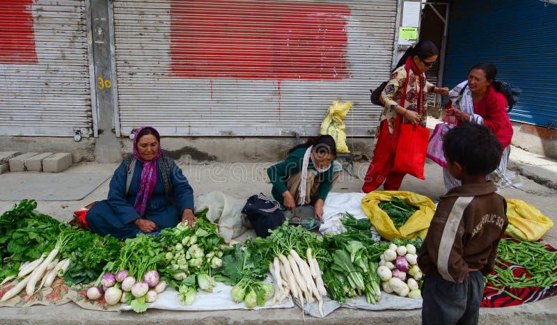 Dames de Ladakhi vendant des fruits et légumes photos stock