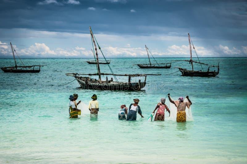 Dames de pêche sur l'île de Zanzibar photos stock