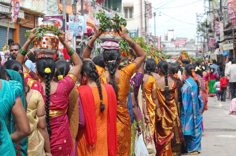 Dames die Bonalu-Potten, Hyderabad, India dragen stock foto's