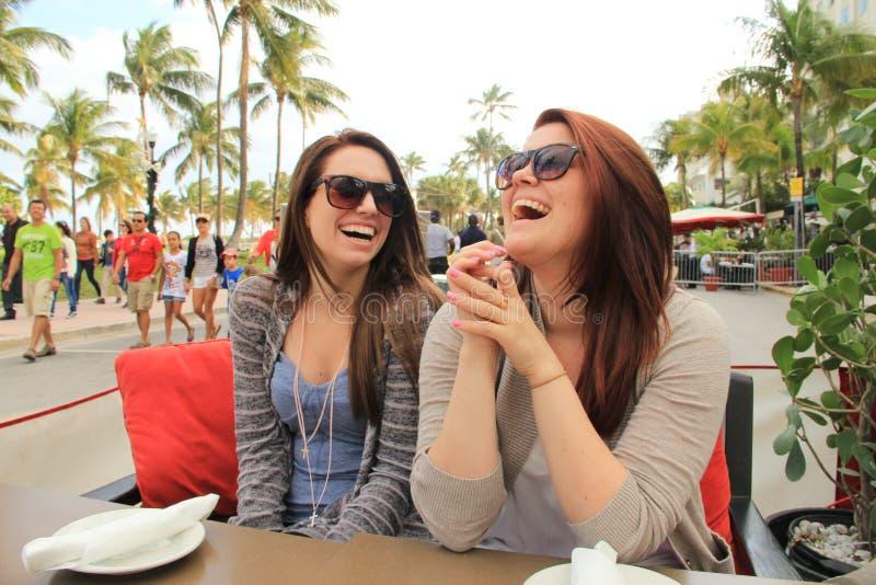 Dames die op het Strand Miami lachen van het Zuiden royalty-vrije stock fotografie