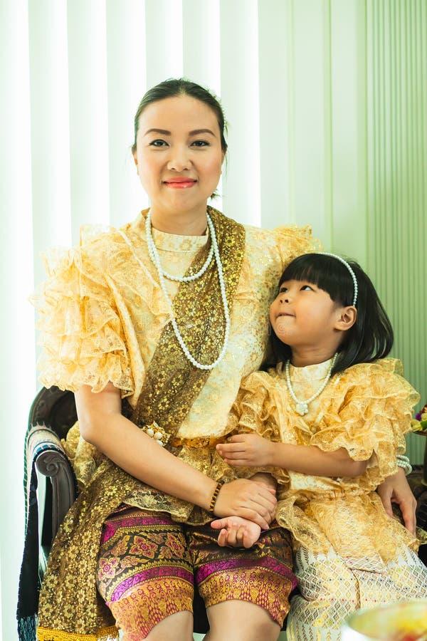 Dames et filles dans le style traditionnel thaïlandais de cru de mode le règne du Roi Rama V photos libres de droits