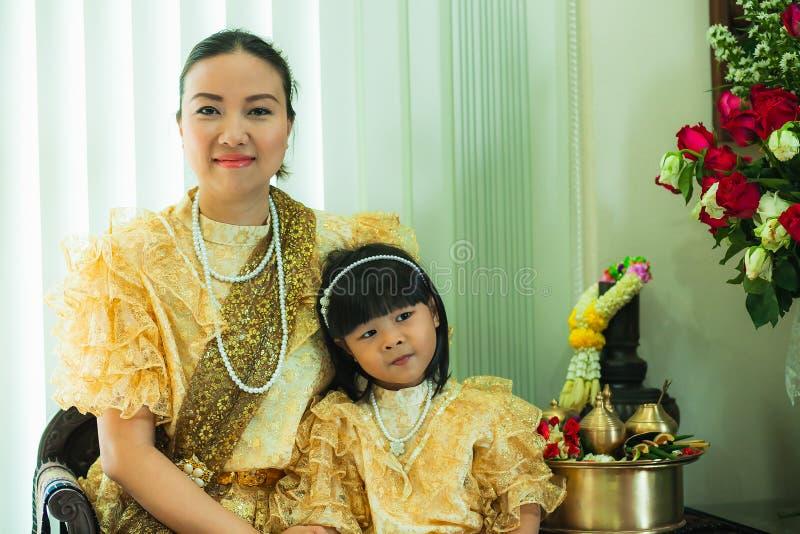 Dames et filles dans le style traditionnel thaïlandais de cru de mode le règne du Roi Rama V images libres de droits