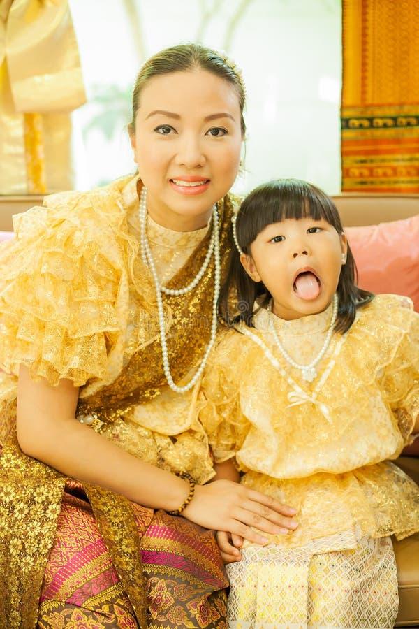 Dames et filles dans le style traditionnel thaïlandais de cru de mode le règne du Roi Rama V image libre de droits