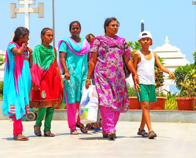 Dames et garçon marchant avec l'Inde traditionnelle de costumes image libre de droits