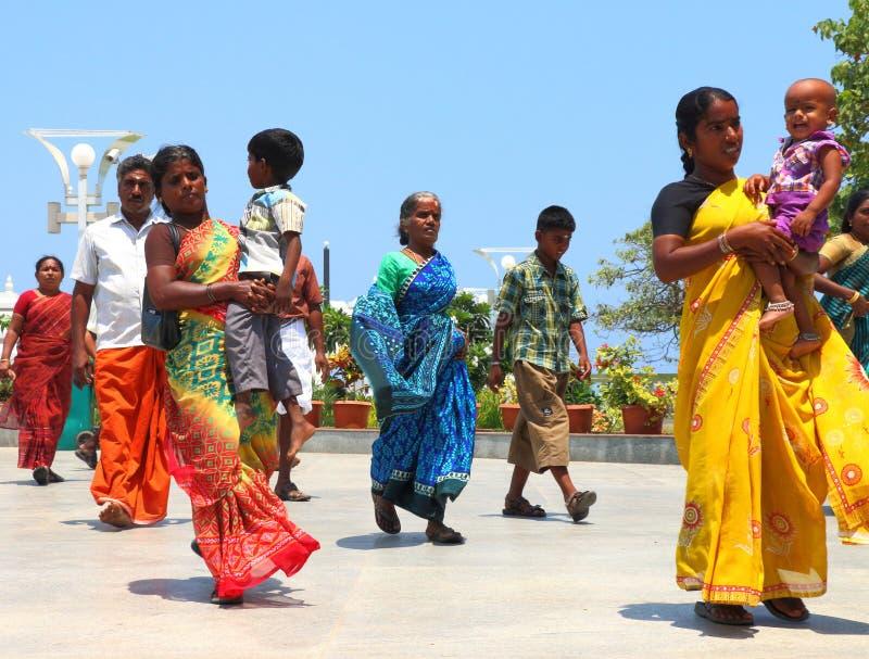 Dames marchant avec l'Inde traditionnelle de costumes photo stock