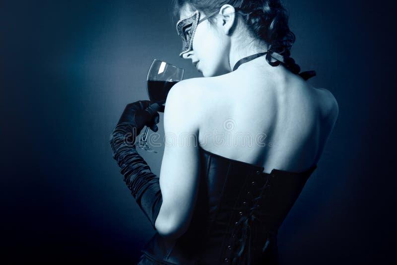 Dames met een glas rode wijn. stock foto