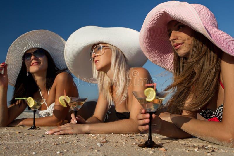 Dames op zee met watermeloen stock fotografie