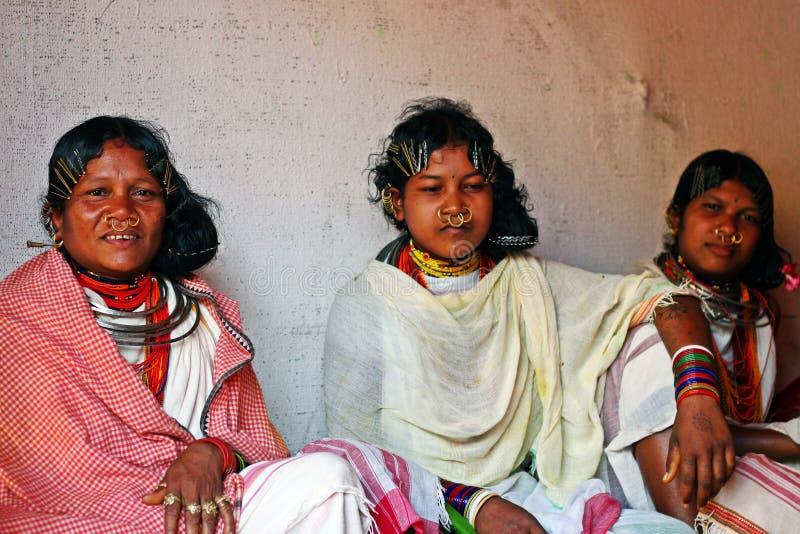 Dames tribales avec les bijoux tribals traditionnels images libres de droits