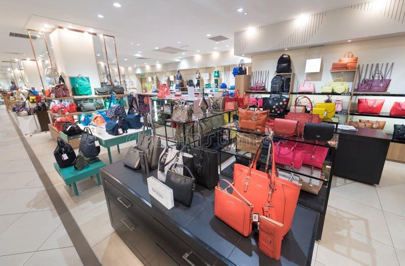 Dameshandtassen voor verkoop in Suria KLCC, Maleisië stock fotografie