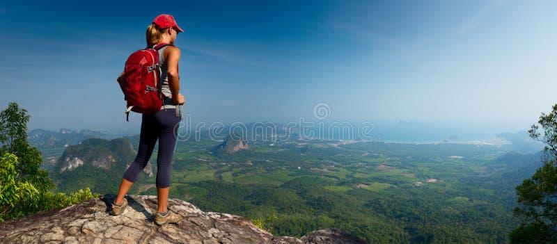 Damewandelaar op de berg royalty-vrije stock foto's