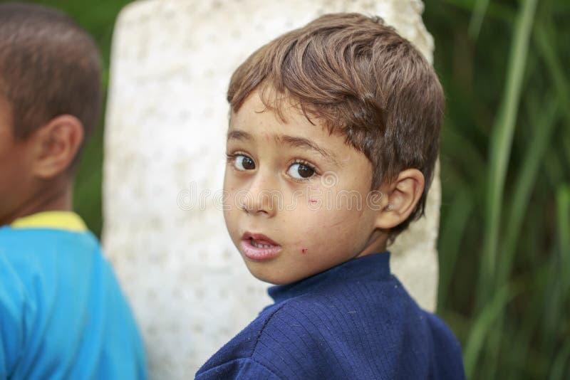 Damietta, Egito, - 22 de maio de 2015: um menino egípcio pequeno que olha a fotos de stock