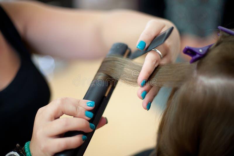 Damigella d'onore che fa i suoi fare capelli immagini stock