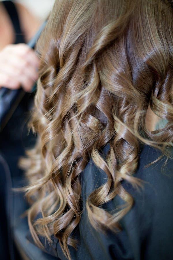 Damigella d'onore che fa i suoi fare capelli fotografie stock