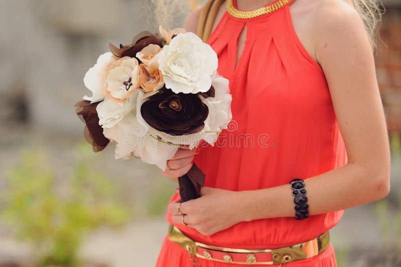 Damigella d'onore con il mazzo del tessuto di nozze fotografia stock libera da diritti