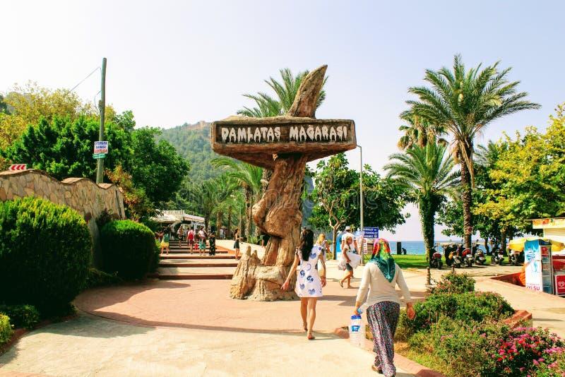 ` Damlatas выдалбливает ` - знак который привлекает внимание потенциальных посетителей Alanya, Турции стоковая фотография rf
