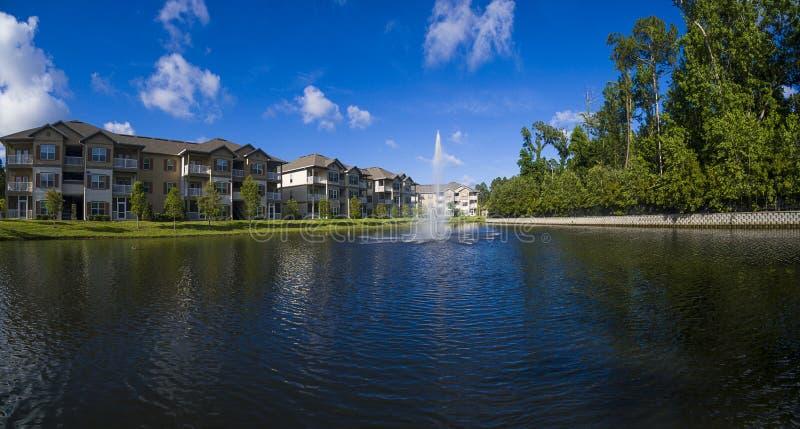 Damm bredvid lägenhetskomplexet i Florida arkivfoton