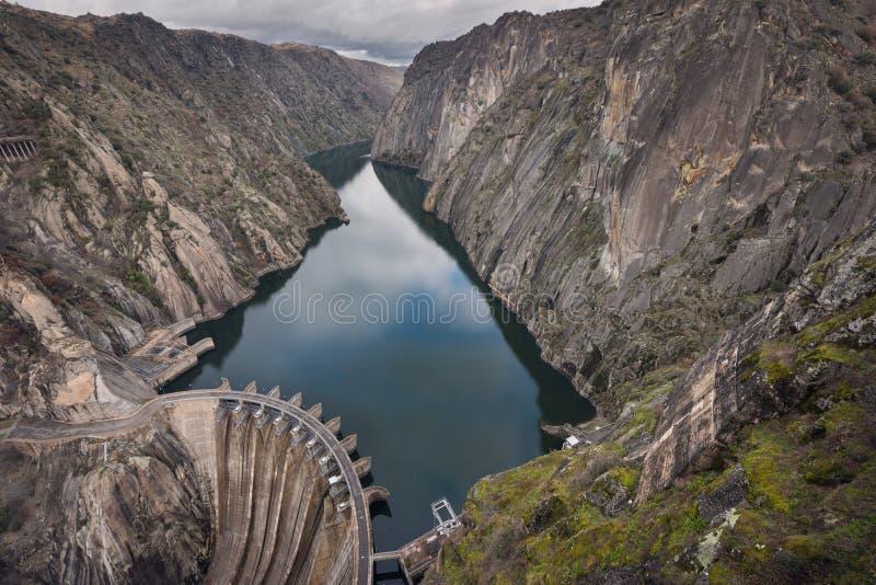 Damm de Douro do rio em Aldeadavila, província de Salamanca, Espanha fotos de stock royalty free