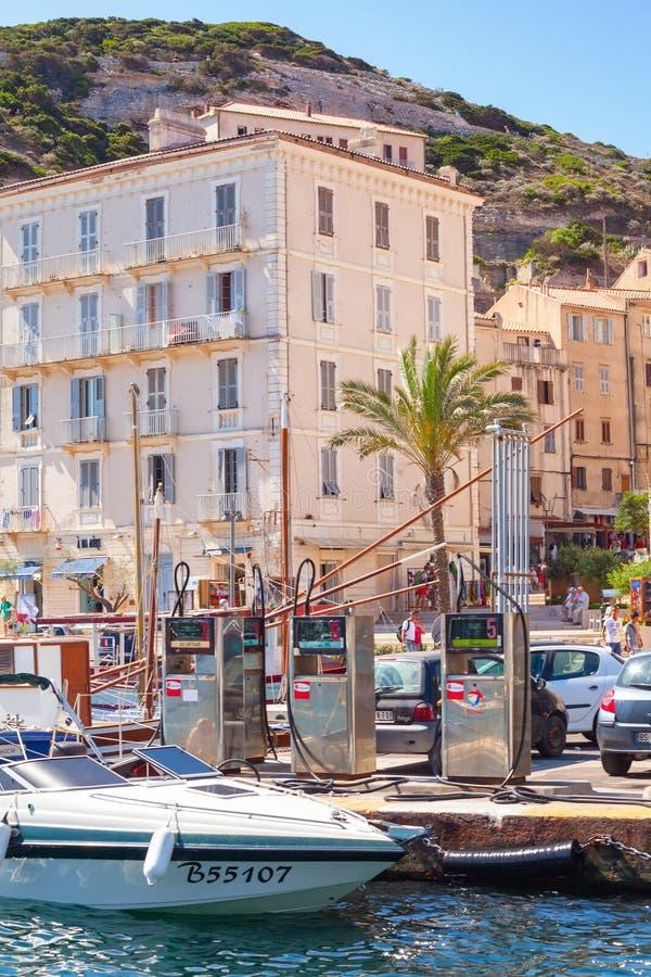 Damm des beliebten Erholungsorts von Korsika-Insel im Sommer stockfotografie