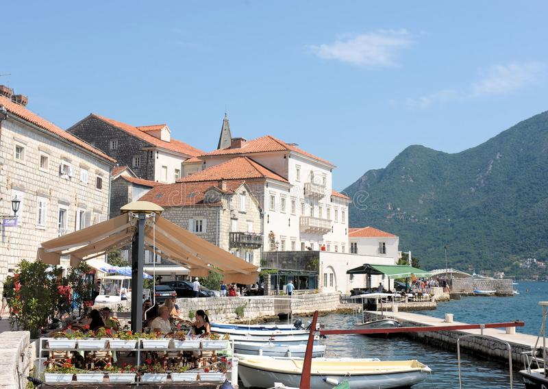 Damm des beliebten Erholungsorts von Perast, adriatisches Meer, Bucht von Kotor, Montenegro, Europa lizenzfreie stockfotos