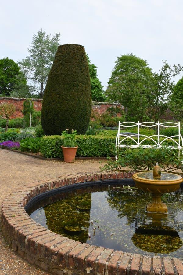 Damm i Walled trädgård på den Mottisfont abbotskloster, Hampshire, England arkivbild