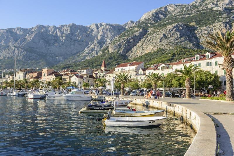 Damm im beliebten Erholungsort von Makarska an einem Sommertag stockbilder