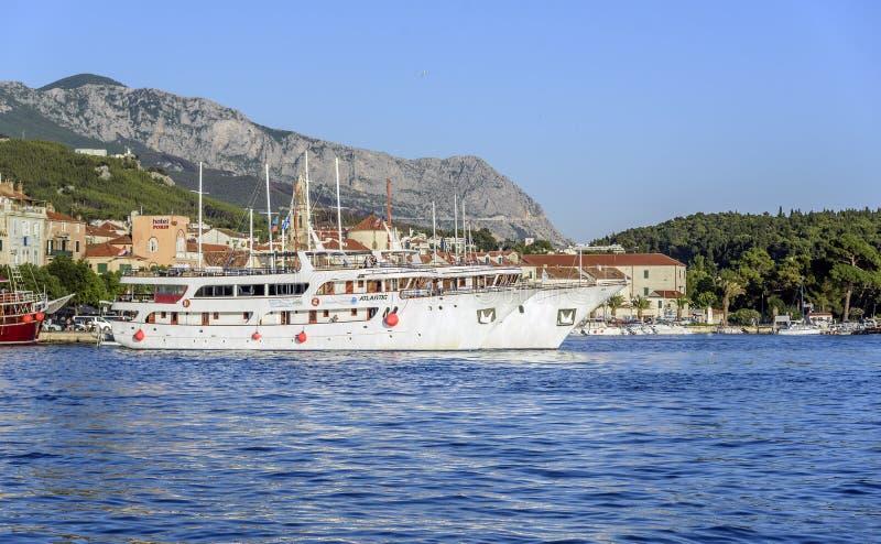 Damm im beliebten Erholungsort von Makarska an einem Sommertag stockfoto