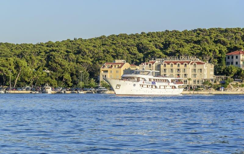Damm im beliebten Erholungsort von Makarska an einem Sommertag stockfotografie