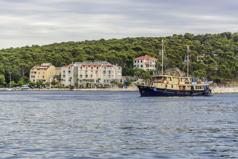 Damm im beliebten Erholungsort von Makarska an einem Sommertag lizenzfreies stockbild
