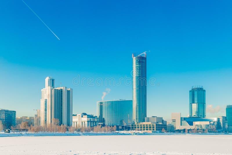 Damm in Jekaterinburg-Winter an einem sonnigen Tag stockfoto