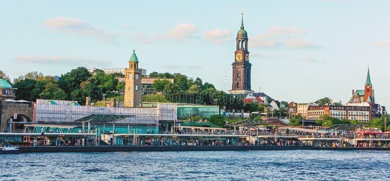 Damm Landungsbrucken auf der Elbe mit Schiffen, Booten und Halt des Flusstransportes auf Pontons, Hafengebiet Hafen-Stadt schinke stockbilder