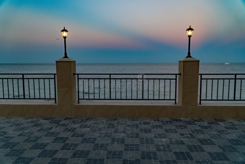 Damm, Meer und Stadt des blauen Himmels, Landschaft, Panorama stockbilder