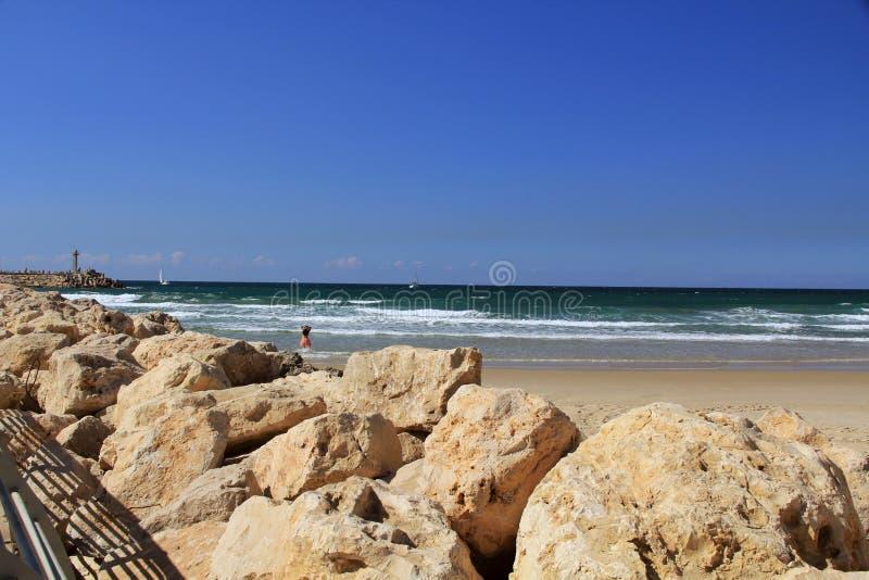 Damm mit kleinem Leuchtturm auf dem Mittelmeer in Hertzlija Israel stockfoto