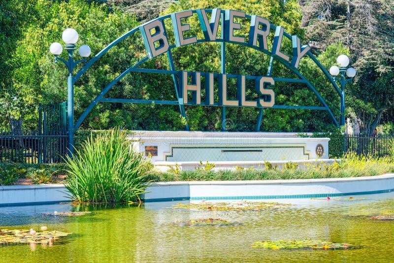 Damm och inskriften Beverly Hills i Beverly Gardens Park arkivbild