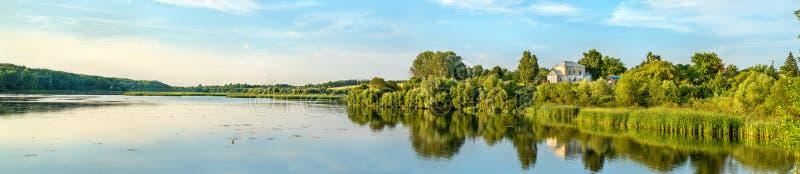 Damm på den Vablya floden på Glazovo, en typisk by på den centrala ryska höglandet Kursk region av Ryssland royaltyfria foton