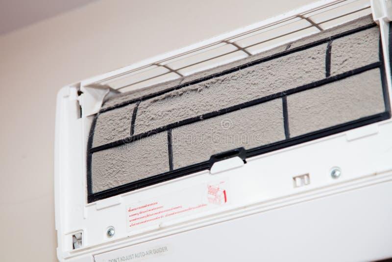 Damm på det smutsiga luftkonditioneringsapparatfiltret royaltyfria foton
