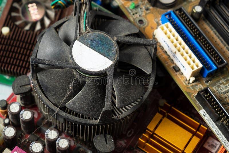 Damm på kylare för för Mainboard datorprocessor och fan Smutsig utrustning för skrivbords- PC royaltyfri bild