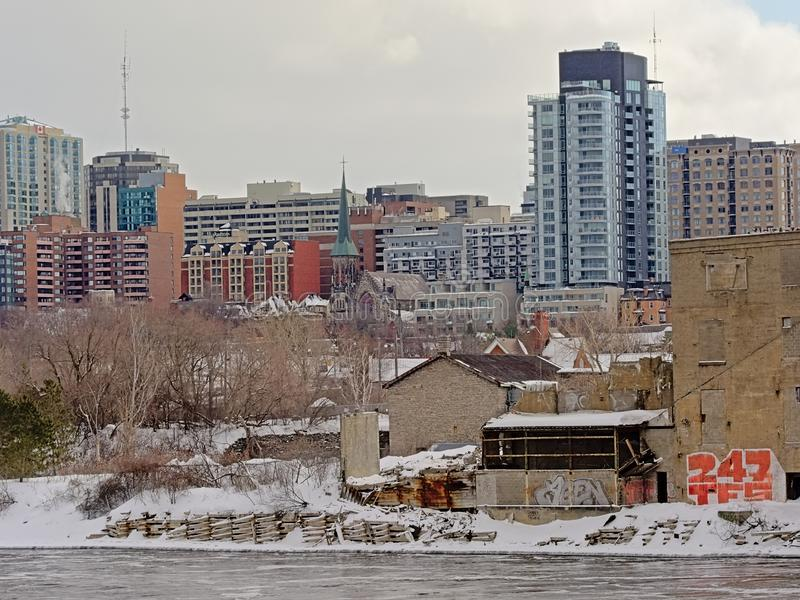 Damm von Ottawa-Fluss mit alten Industriebauten, Kirche und Wolkenkratzern in Gatineau, Quebec, Kanada stockbild