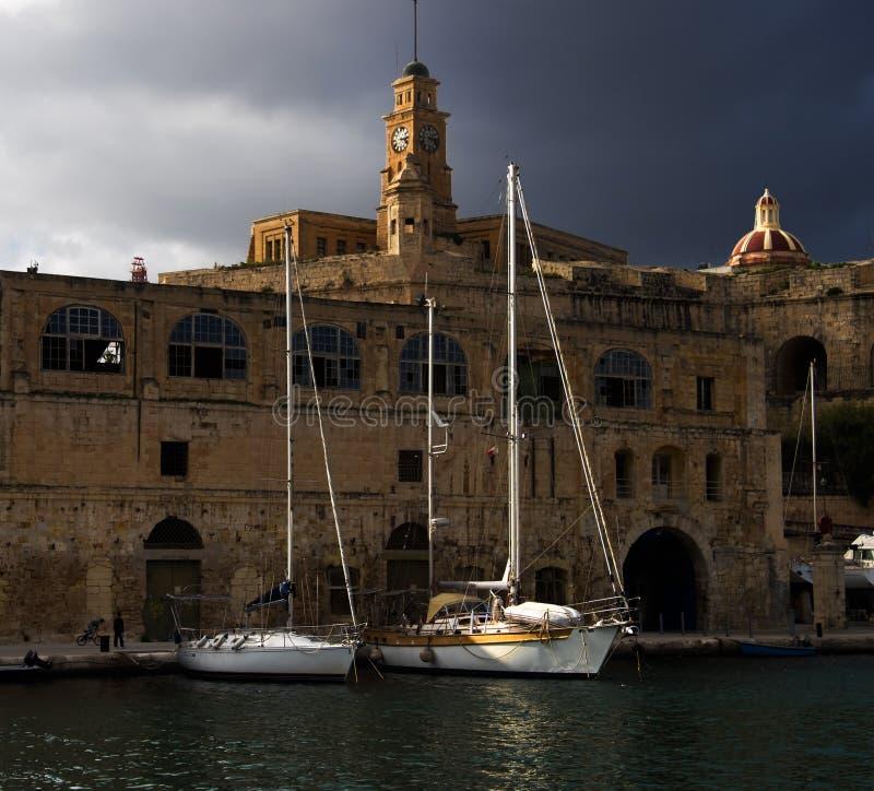 Damm von Valletta Stadt von Birgu Malta im Frühjahr lizenzfreie stockfotos