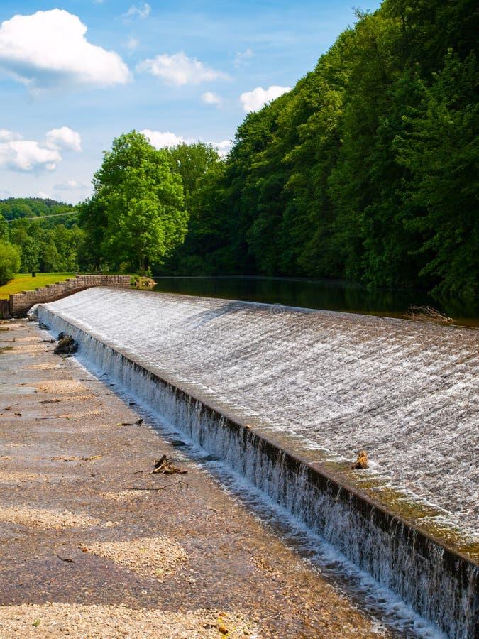 Dammbyggnad på den Jizera floden nära Dolanky, Turnov, Tjeckien royaltyfri bild