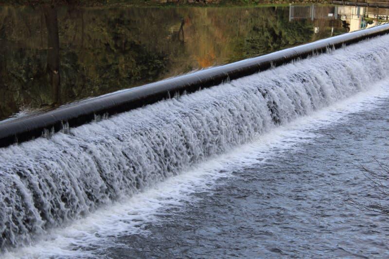 Dammbyggnad på en flod royaltyfria foton