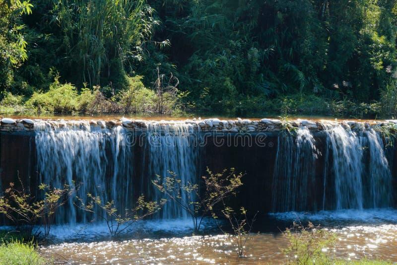 Dammbyggnaddikefördämning royaltyfria bilder