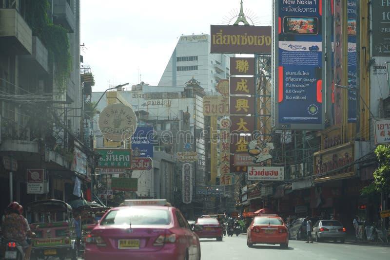 Dammig berömd Yaowarat gata, kineskvarter av Bangkok med trafik arkivfoton