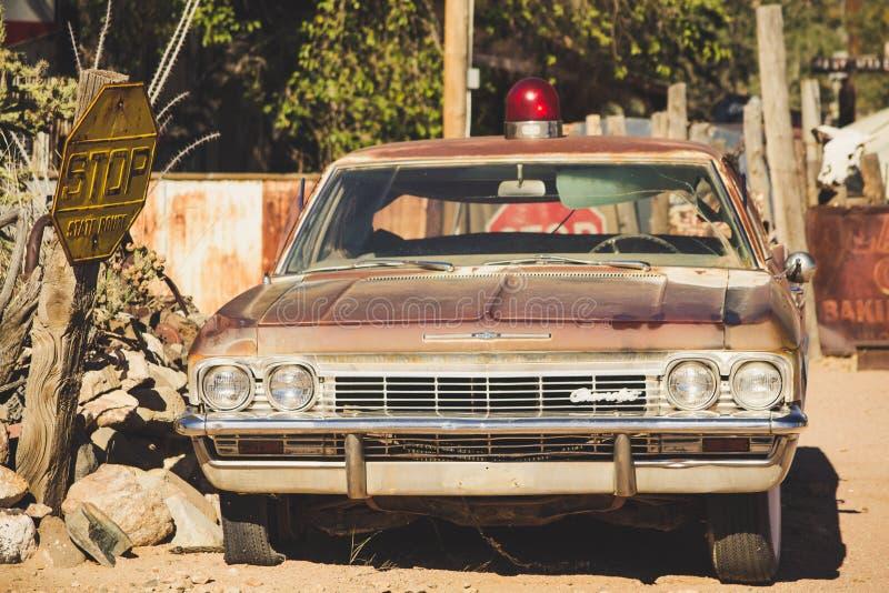 Dammig gammal tidmätare - klassisk bil som parkeras på sidan av klassisk och berömd rutt 66 royaltyfria foton