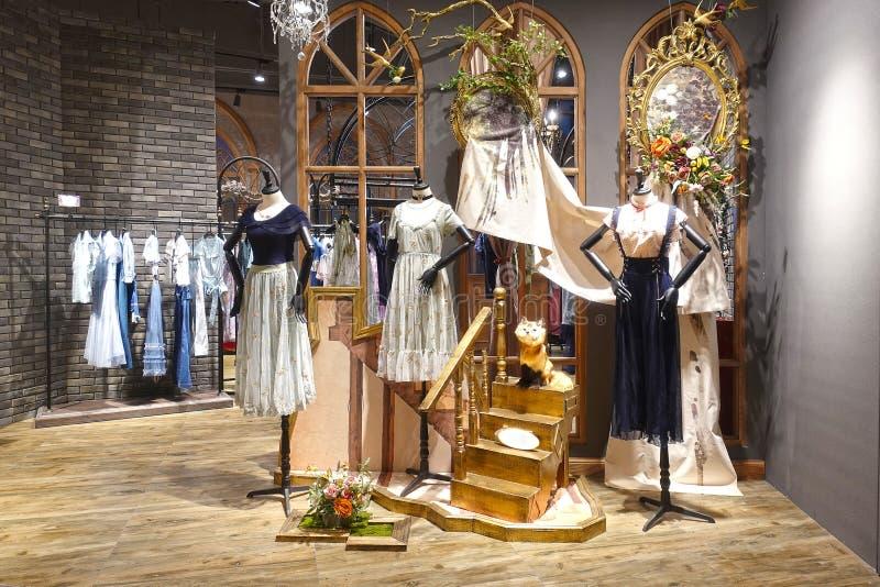 Dammode shoppar skyltdockaframdelen royaltyfri bild