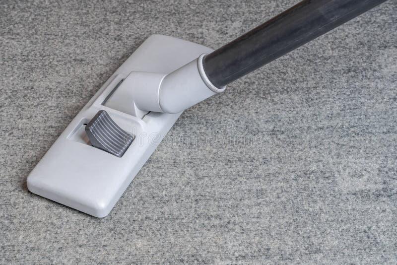 Dammsugare på den gråa mattan fotografering för bildbyråer
